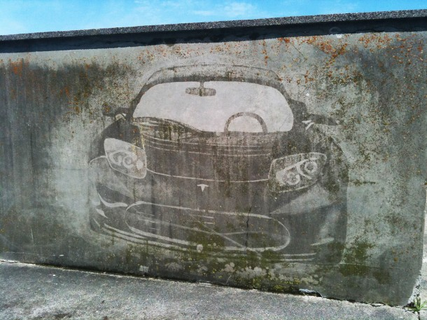tesla-roadster-graffiti