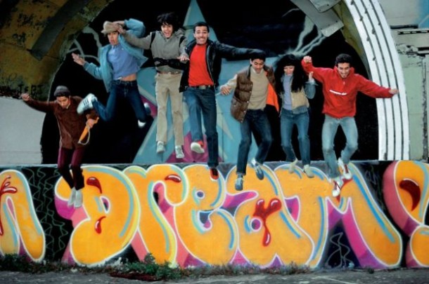 duro-doze-mare-139-shy-147-daze-lady-pink-and-crash-jumping-off-the-east-river-park-amphitheatre-manhattan-1981-martha-cooper